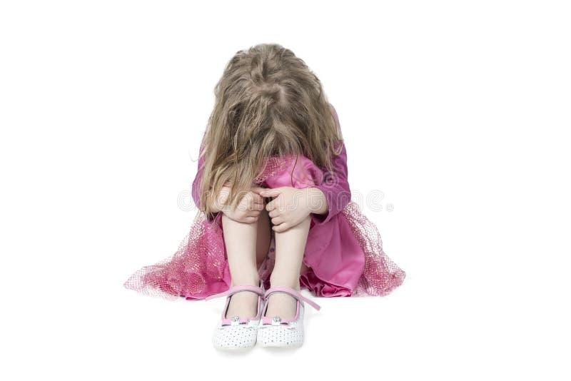Chorando a menina que senta-se no assoalho fotos de stock royalty free