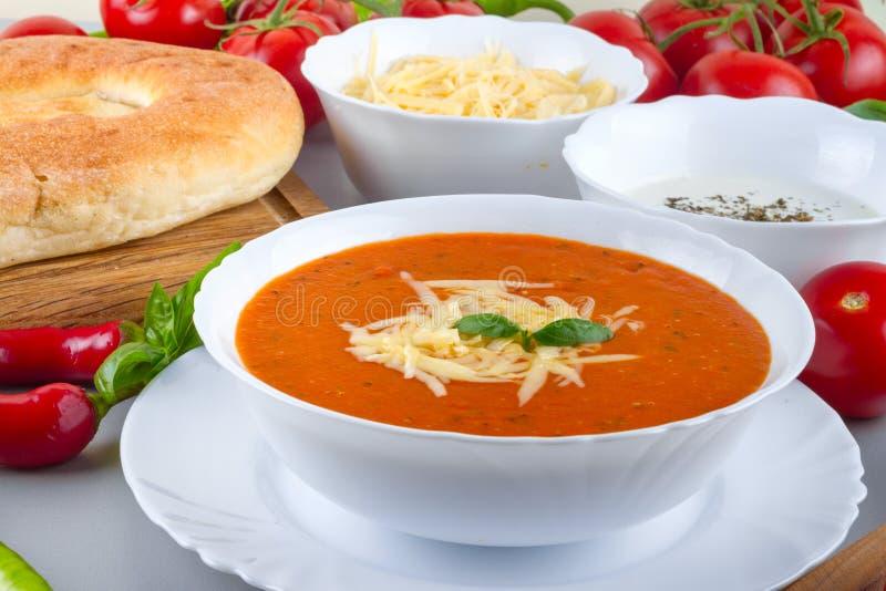 Chorba σούπας ντοματών πιάτο που εξυπηρετείται έτοιμο με τα λαχανικά στοκ εικόνα