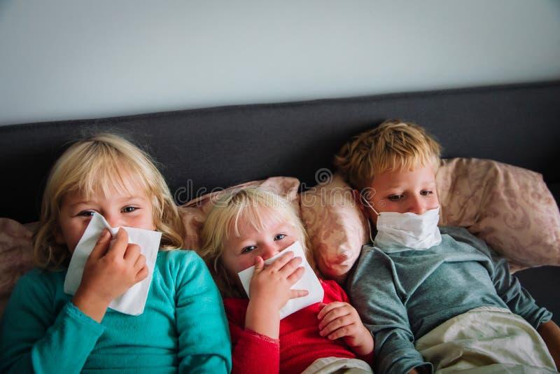 Chore dzieci, chłopiec i dziewczęta wycierające i dmuchające nos zdjęcie royalty free