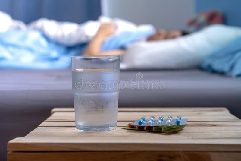 Chore kobiet medycyny dla chorych pigułek rozlewa z butelki obrazy stock