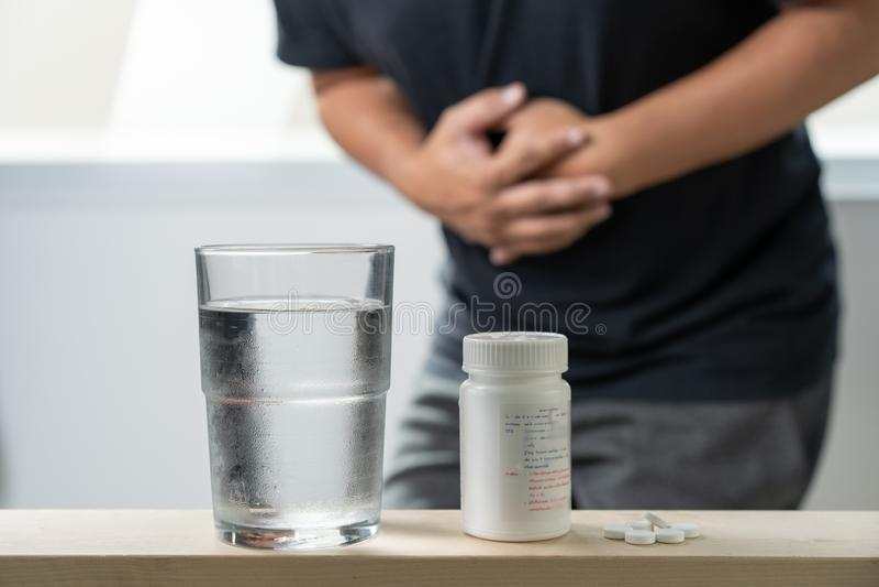 Chore mężczyzna medycyny dla chorych pigułek rozlewa z butelki zdjęcia stock