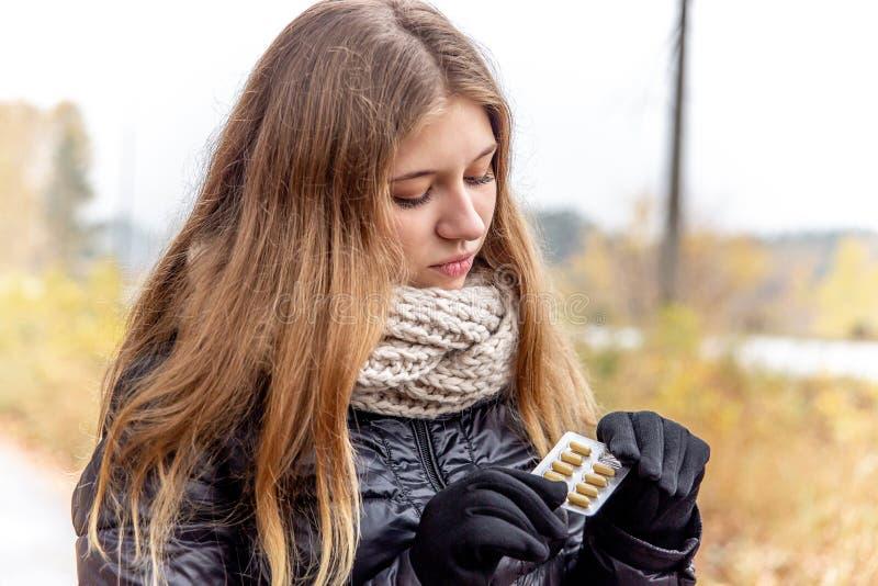 Chore młodej kobiety mienia pigułki i pastylki zdjęcie royalty free