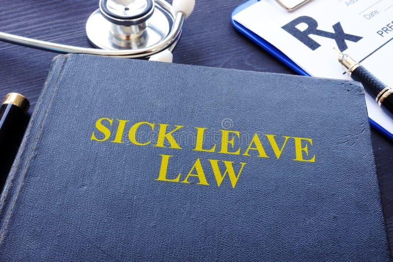Chorego urlopu prawa książka i stetoskop obraz stock