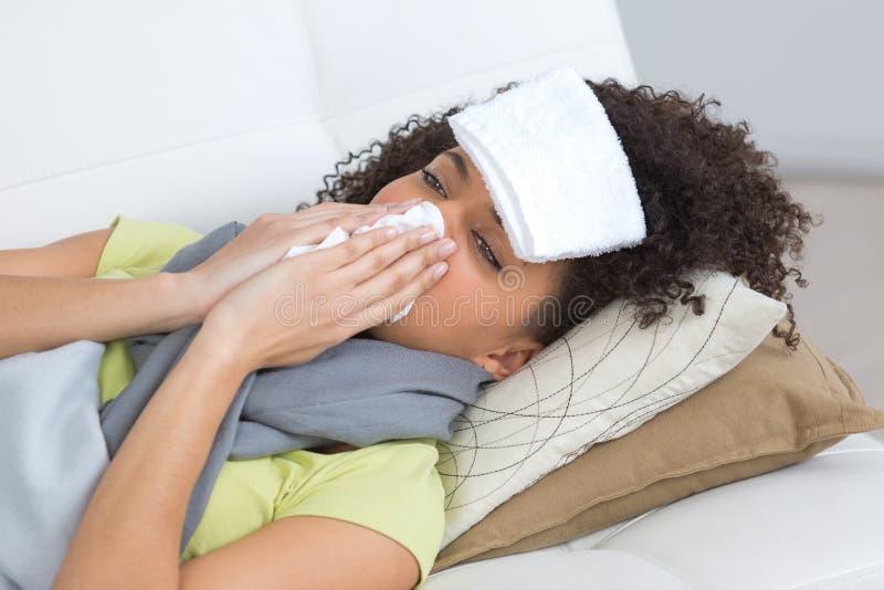 Chorej kobiety podmuchowy nos na kanapie w domu obrazy royalty free