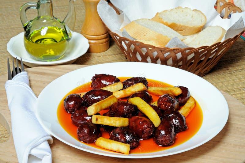Chorizo и картошки в тапах масла. стоковое фото