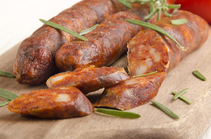 Chorizo espagnol coupé en tranches avec le romarin image stock