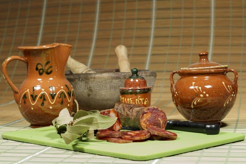 Chorizo ibérien avec le paprika, exposant du culinaire espagnol traditionnel photos stock