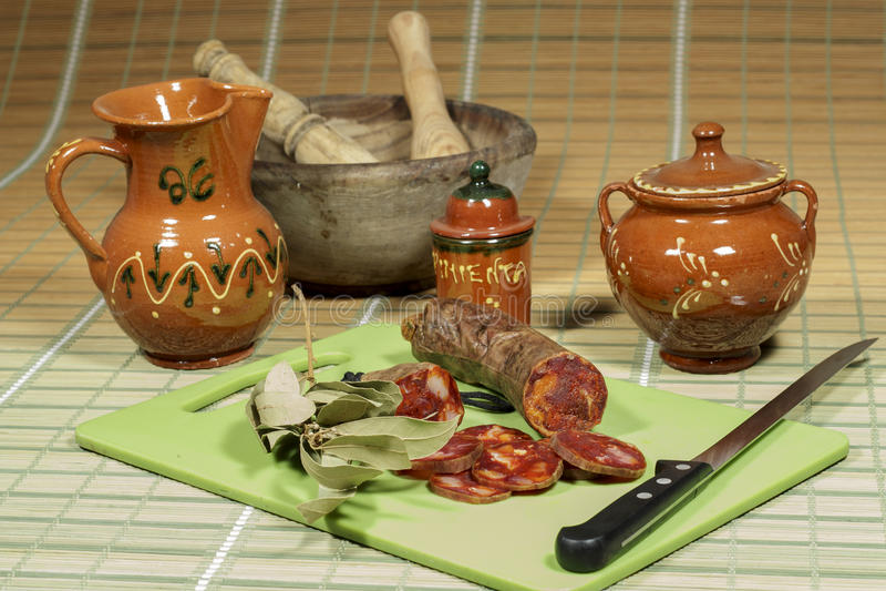 Chorizo ibérien traité, exposant du culinaire espagnol traditionnel photo libre de droits