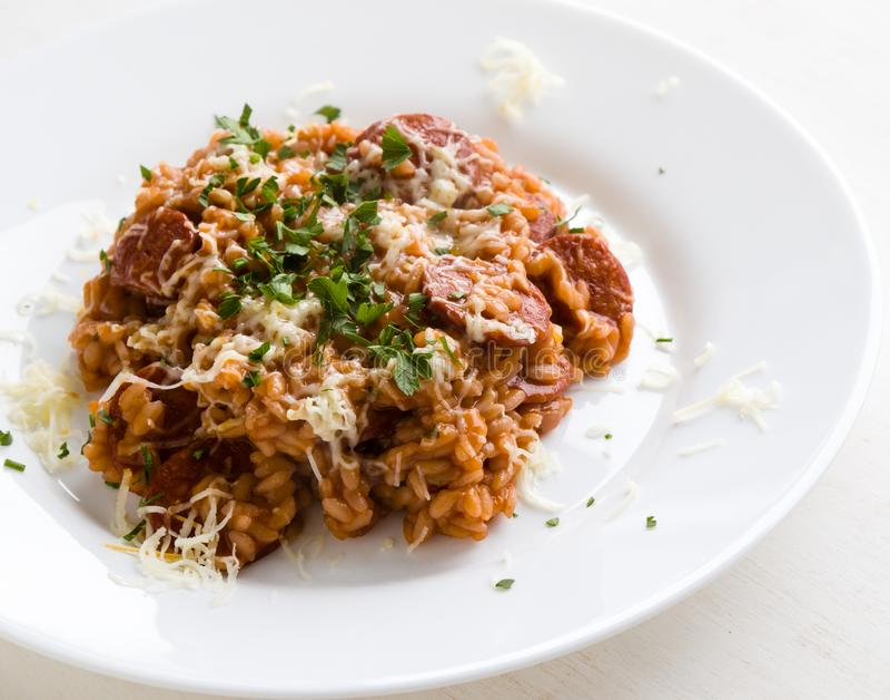 Chorizo risotto με την ντομάτα στοκ εικόνα