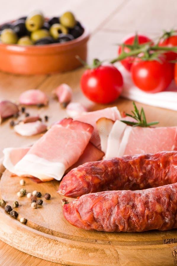 Chorizo-Wurst mit Oliven stockfotografie