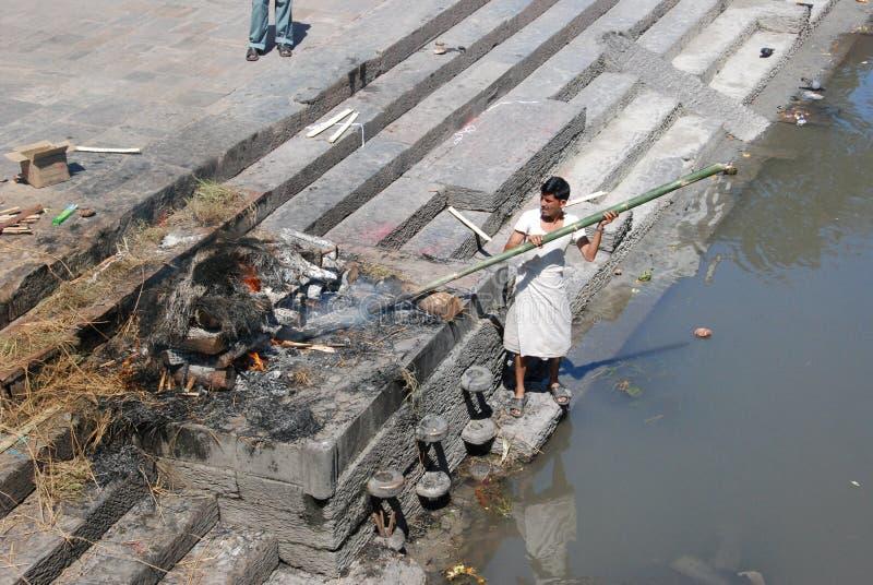 Choro e cremação do Nepali imagem de stock