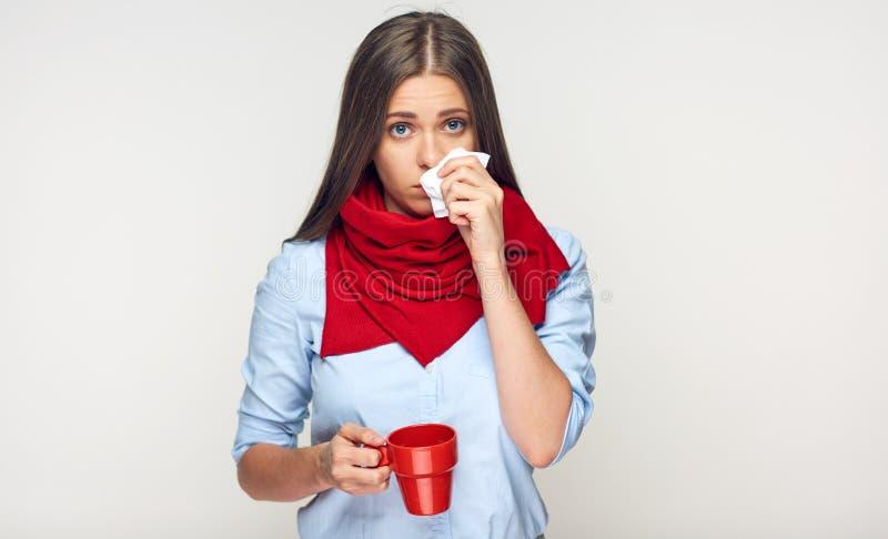 Choroby kobiety mienia filiżanki powiększenia czerwony nos w papierowej tkance obraz royalty free