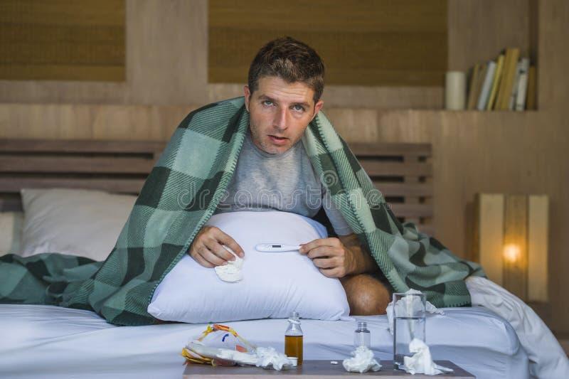Choroby marnotrawiący w domu, wyczerpujący mężczyzny cierpienia zimno i i ostrożnie wprowadzać z tkankami ma wirusa i obrazy royalty free