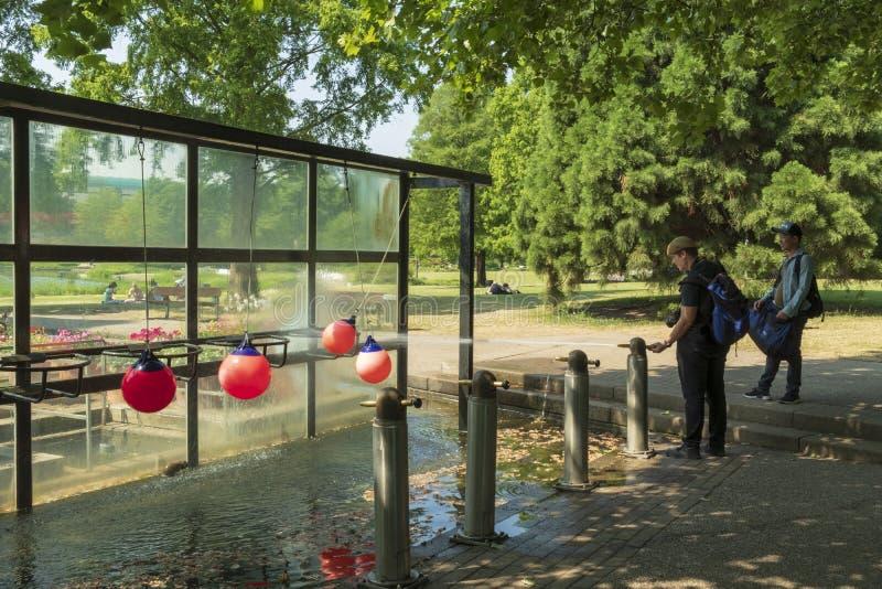 Chorro de agua en el parque fotos de archivo