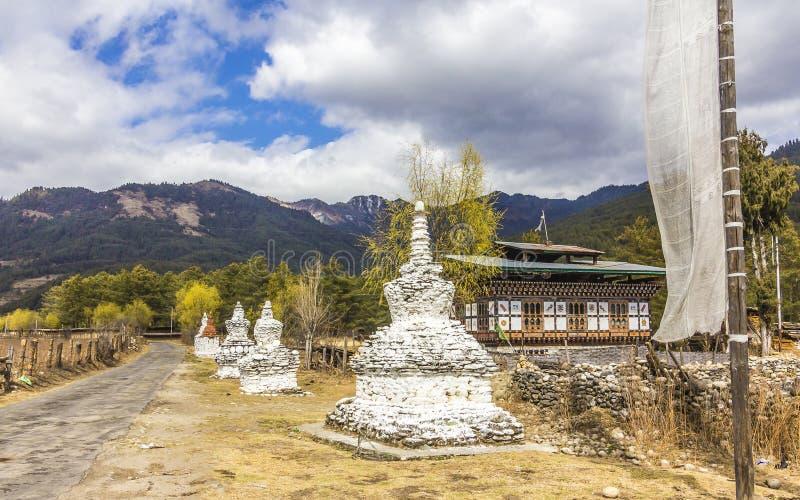 Chorten στη εθνική οδό, Μπουτάν στοκ εικόνα με δικαίωμα ελεύθερης χρήσης