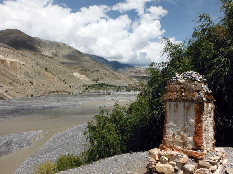 Chorten dichtbij Rivierdelta en Himalayagebergte stock foto's
