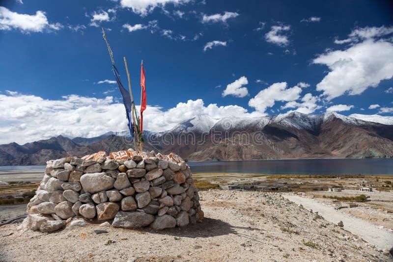 Chorten het Pangong alpiene meer met tibetan boeddhistisch royalty-vrije stock foto's