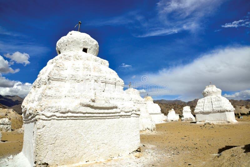 Chortens或Stupas在Shey在Leh-Manali高速公路, Leh拉达克,查谟和克什米尔,印度附近 图库摄影