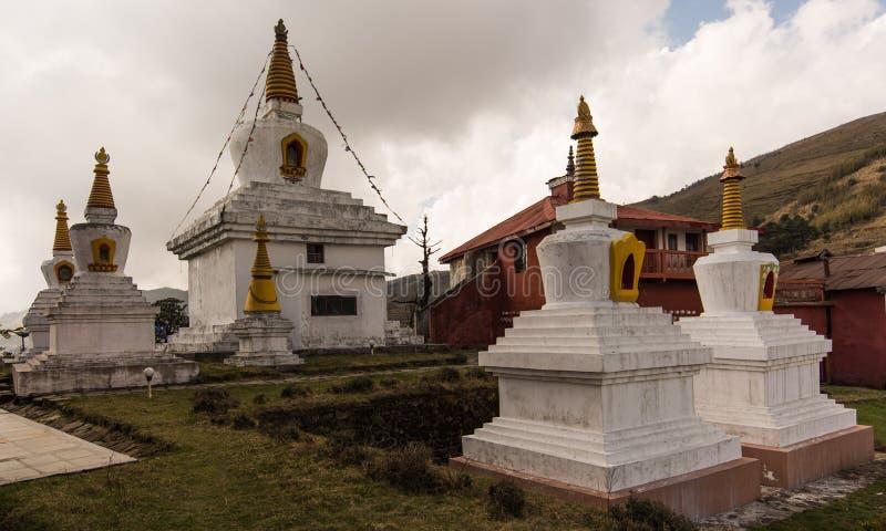 Chortens au monastère photo stock