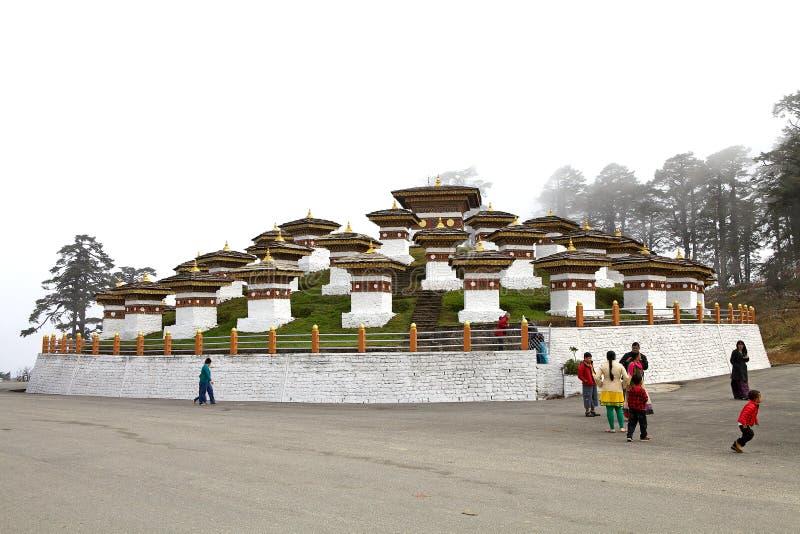 Chortens bij de Dochula-Pas, Bhutan stock foto's
