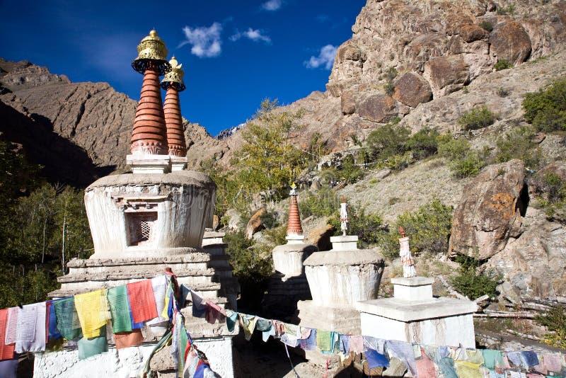Chortens con las banderas del rezo cerca del monasterio de Hemis, Leh-Ladakh, Jammu y Cachemira, la India fotografía de archivo libre de regalías