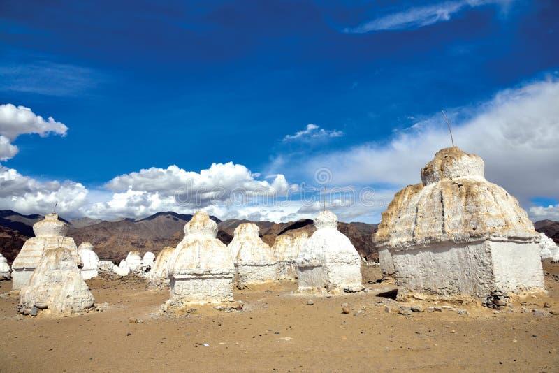 Chortens o Stupas cerca de Shey en la carretera de Leh-Manali, Leh-Ladakh, Jammu y Cachemira, la India foto de archivo