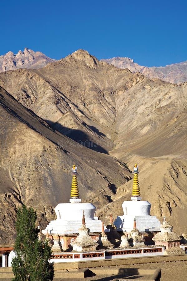 Chortens oder Stupas nahe Lamayuru-Kloster, Leh-Ladakh, Jammu und Kashmir, Indien stockfotografie