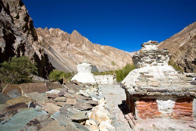 Chortens ou Stupas durante o passeio na montanha de Markha, vale de Markha, Ladakh, Índia fotografia de stock royalty free