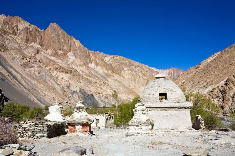 Chortens ou Stupas durante o passeio na montanha de Markha, vale de Markha, Ladakh, Índia imagens de stock