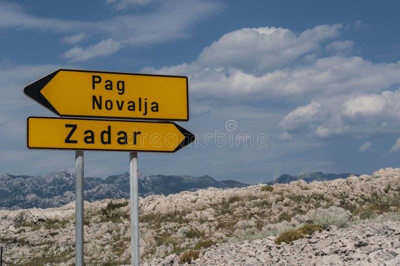 Chorwacja, Pag wyspa, znak uliczny, kierunek, Zadar, pustynia, krajobraz, linia horyzontu, wakacje, Europa, wyspa Pag zdjęcia royalty free