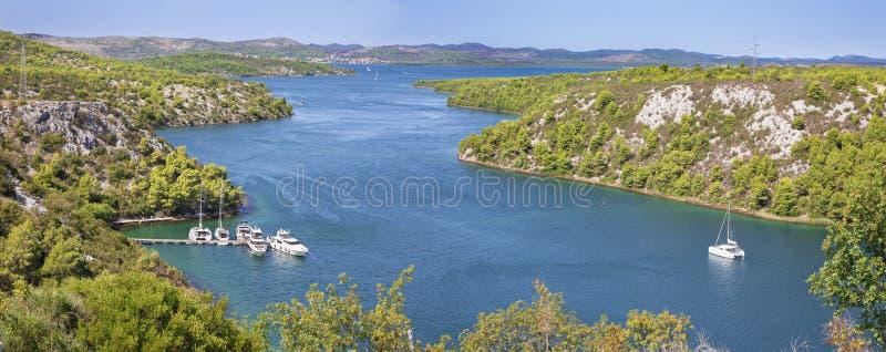 Chorwacja - panorama zatoka kończy Krka rzekę w Chorwacja Skradin zdjęcie stock