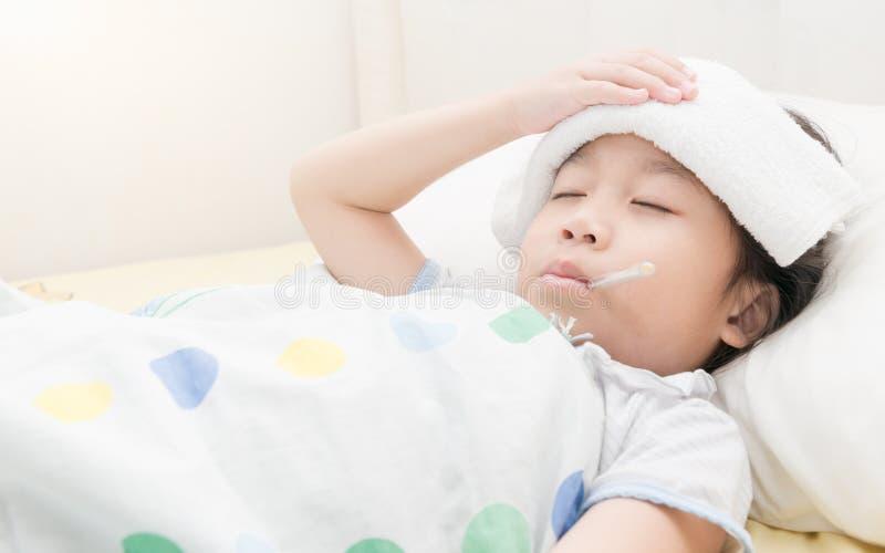 Chory dziecko dziewczyny lying on the beach w łóżku zdjęcie stock