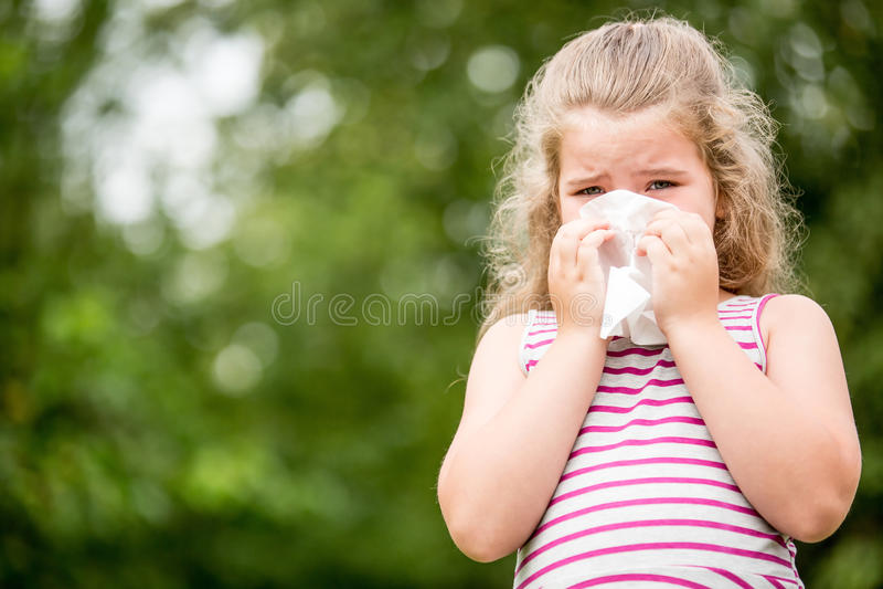 Chory dziecko z grypowymi kichnięciami zdjęcie stock