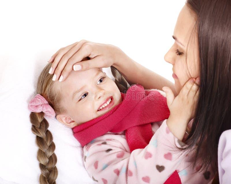 Chory dziecko z matką. Odosobniony. obrazy stock