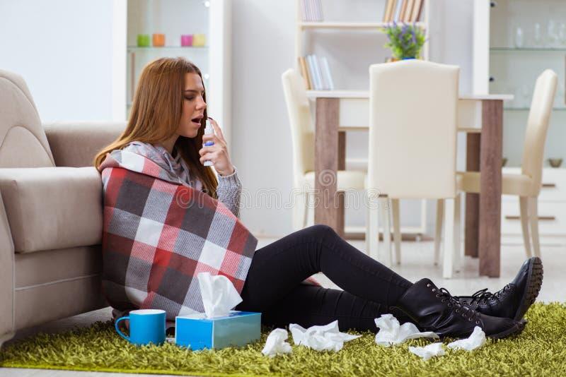 Chory kobiety cierpienie od grypy w domu zdjęcia stock