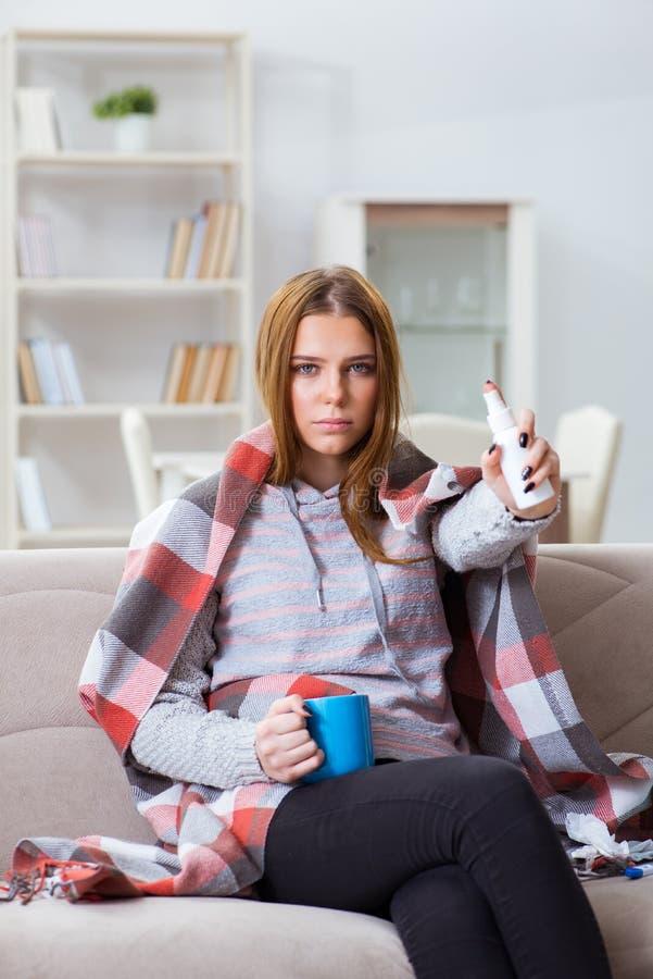 Chory kobiety cierpienie od grypy w domu fotografia royalty free