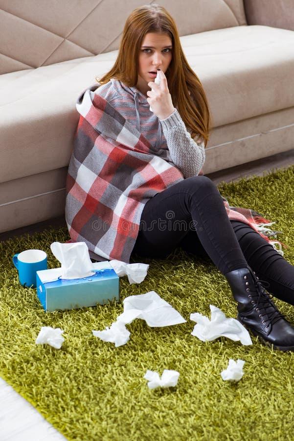 Chory kobiety cierpienie od grypy w domu zdjęcia royalty free