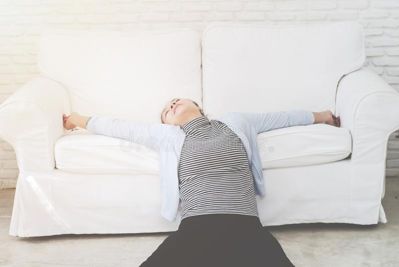 Chory kobiety lying on the beach na łóżku zdjęcia royalty free