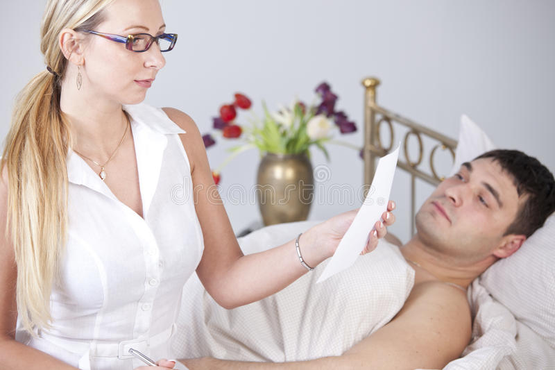 Chory mężczyzna i kobieta z raportem medycznym obraz stock