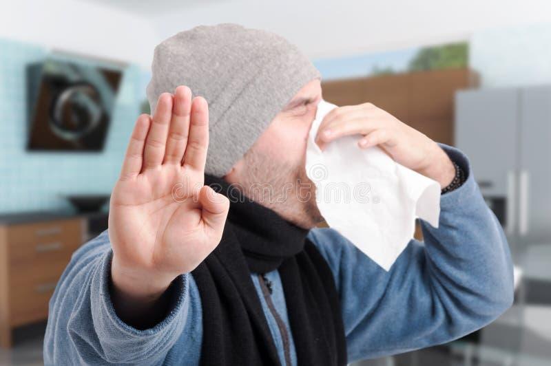 Chory męski podmuchowy nos i robić przerwa gestowi zdjęcie royalty free