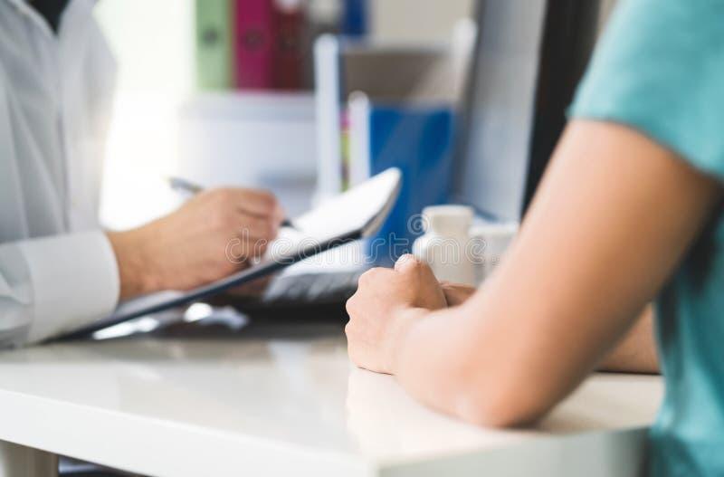 Chory pacjent odwiedza lekarkę w opieki zdrowotnej izbie pogotowiej lub centrum zdjęcie stock