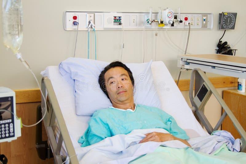 Chory pacjent w łóżku szpitalnym zdjęcia royalty free