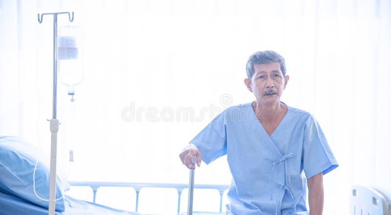 Chory, starszy Azjatycki mężczyzna w lub zdjęcie stock