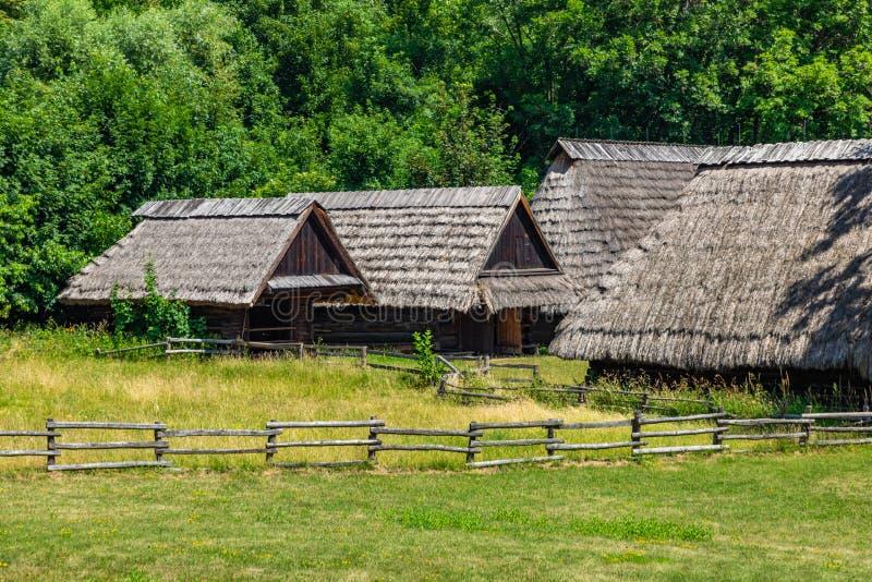 CHORZÓW, POLONIA - 27 DE JUNIO DE 2019: Museo al aire libre en Chorzów Cabaña de madera en parque de la herencia Parque etnográfi fotos de archivo