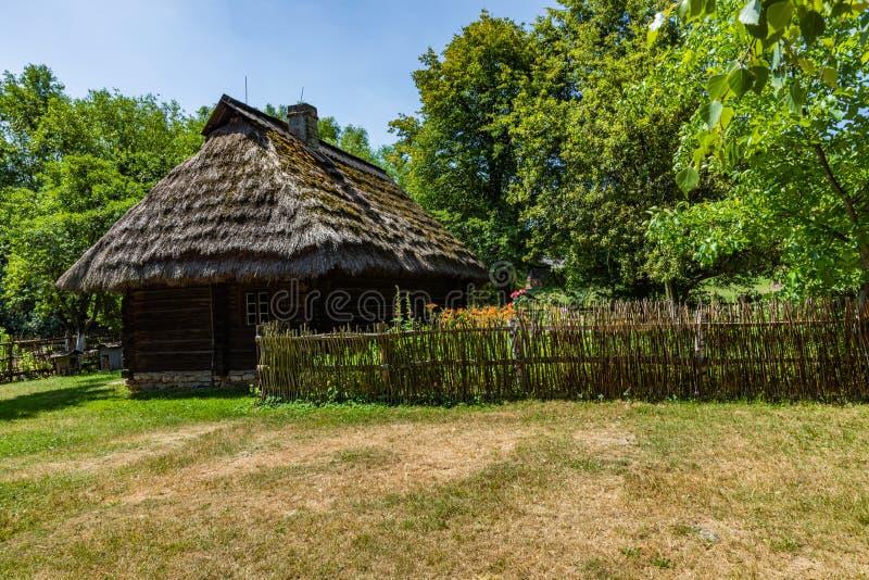 CHORZÓW, POLONIA - 27 DE JUNIO DE 2019: Museo al aire libre en Chorzów Cabaña de madera en parque de la herencia Parque etnográfi fotografía de archivo libre de regalías