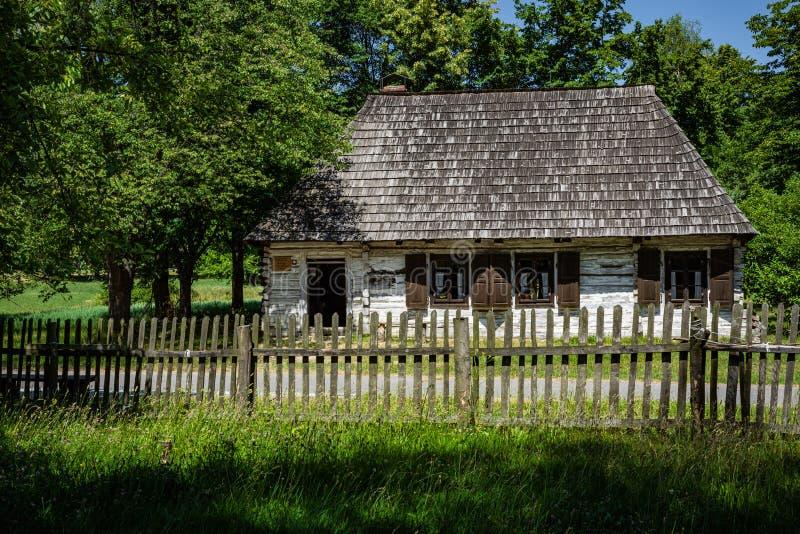 CHORZÓW, POLONIA - 27 DE JUNIO DE 2019: Museo al aire libre en Chorzów Cabaña de madera en parque de la herencia Parque etnográfi imágenes de archivo libres de regalías