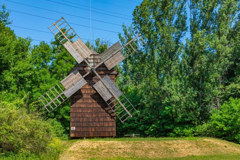 CHORZOW, POLEN - 27. JUNI 2019: Eine hölzerne Windmühle gelegen im Freiluftmuseum in Chorzów Erbpark Oberes schlesisches lizenzfreie stockfotos