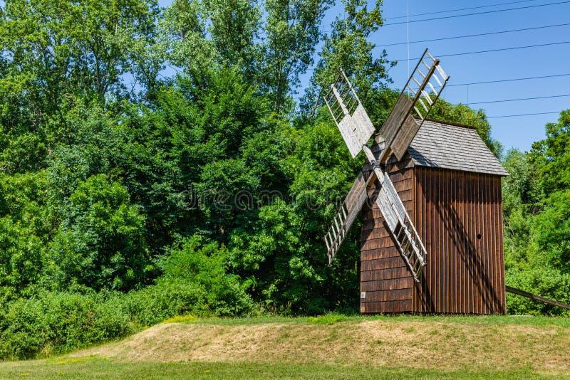 CHORZOW, POLEN - 27. JUNI 2019: Eine hölzerne Windmühle gelegen im Freiluftmuseum in Chorzów Erbpark Oberes schlesisches lizenzfreies stockbild