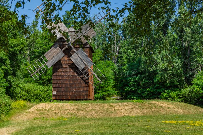 CHORZOW, POLEN - 27. JUNI 2019: Eine hölzerne Windmühle gelegen im Freiluftmuseum in Chorzów Erbpark Oberes schlesisches stockfoto