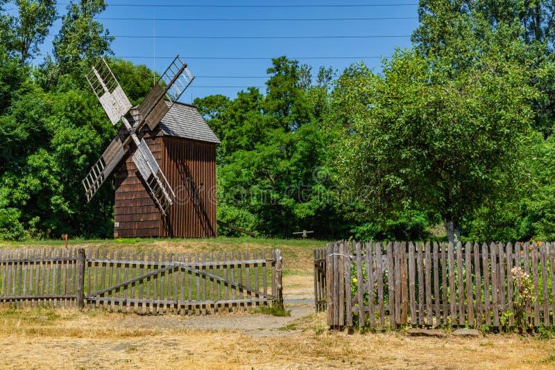 CHORZOW POLEN - JUNI 27, 2019: En träväderkvarn som lokaliseras i frilufts- museum i Chorzów Arvet parkerar ÖvreSilesian fotografering för bildbyråer
